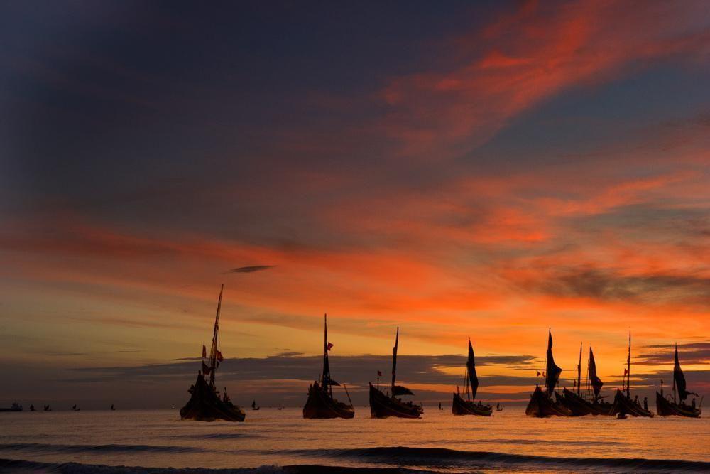 """Phân tích cảnh ra khơi ở khổ thơ đầu bài thơ """"Đoàn thuyền đánh cá"""" của Huy Cận"""