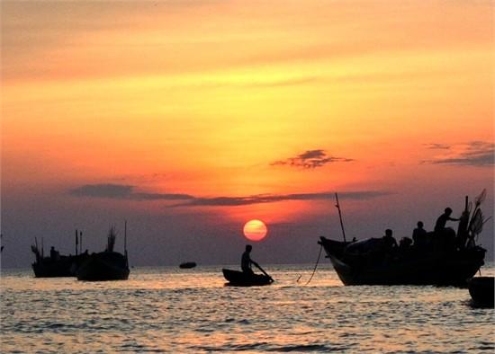 """Phân tích vẻ đẹp thiên nhiên qua khổ thơ thứ hai và bốn của bài thơ """"Đoàn thuyền đánh cá"""""""